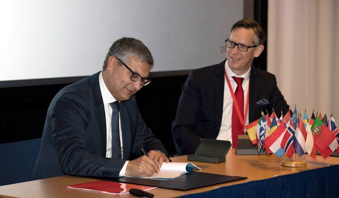 ESA's Carlo Elia and Inmarsat's Andy Start sign the Govsatcom Precursor Pacis‑6 contract at ESA ESTEC. Pacis‑6 will see the creation of a new open platform for pooling and sharing of commercial secure satcom services. (© ESA‑G. Porter)